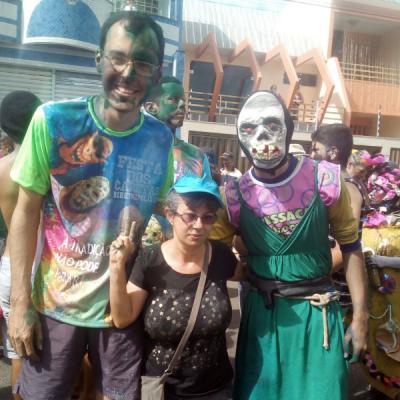Deputado Georgeo Passos participando da festa dos Caretas, da cidade de Ribeirópolis, ao lado de foliões e da diretora do Cultura Sergipana, Elisângela Barreto Mota.